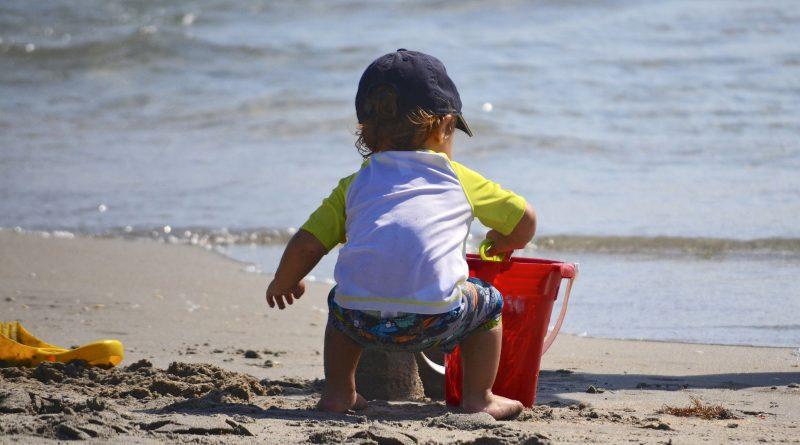 طفل على الشاطئ